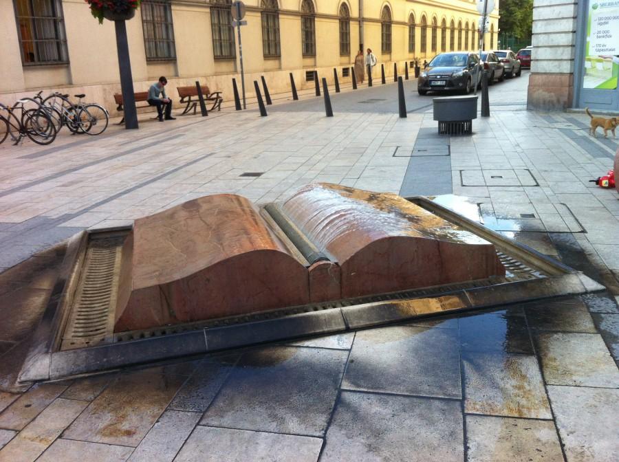 Budapešťská fontána znázorňující otevřenou knihu.
