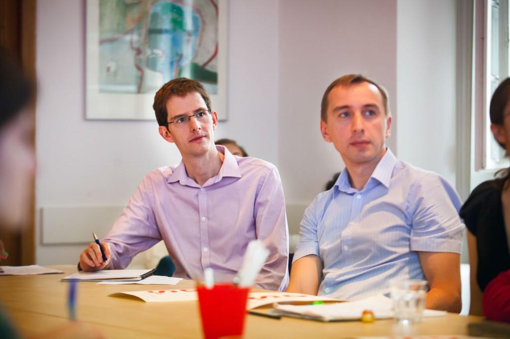 Paddy Phillips (vlevo) na pražském překladatelském workshopu. Foto Anna Pleslova.