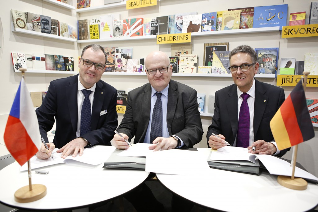 Czech Minister of Culture, Daniel Herman, and the director of the Leipzig Book Fair, Oliver Zille, signing the agreement confirming the Czech Republic as the guest of honour in 2019. Copyright: Stefan Hoyer/Leipziger Messe.