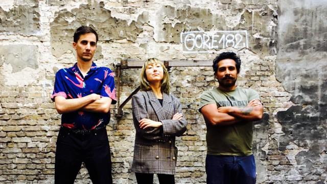 Ondřej Macl, houslistka Marie Takahashi a videoartist Jo Ta ve dvoře kulturního prostoru Werkstatttraum. Foto: archiv Ondřeje Macla