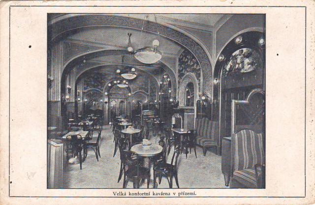 """Národní kavárna byla podle Karla Honzíka """"hlavním přístavem Devětsilu"""". Foto: archiv autorky"""