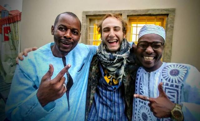 Anatol Svahilec a slamoví hosté ze Senegalu. Foto: Tomáš Kůs
